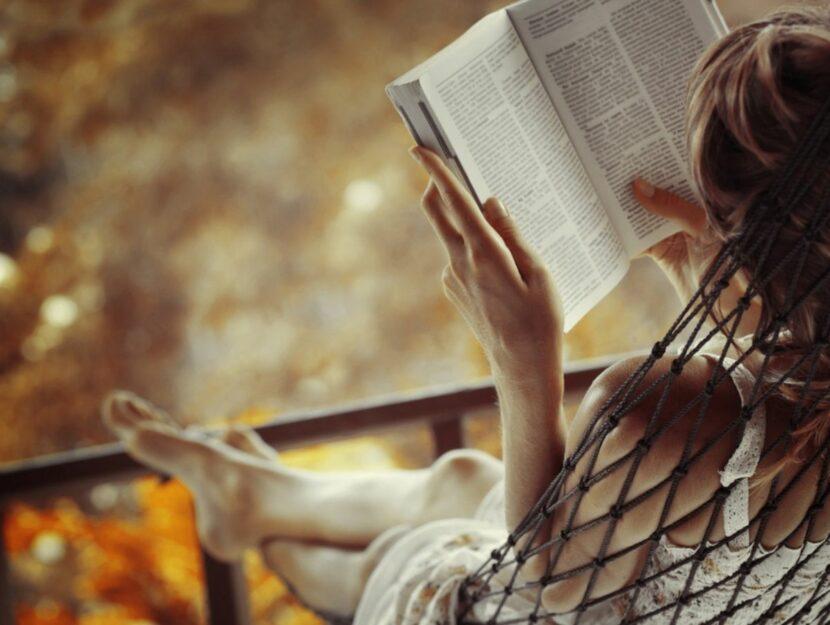 Donna legge nella natura