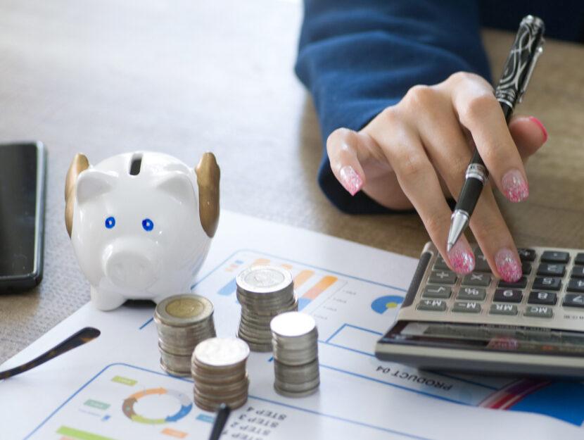 piggy bank donna calcolatrice soldi salvadanaio