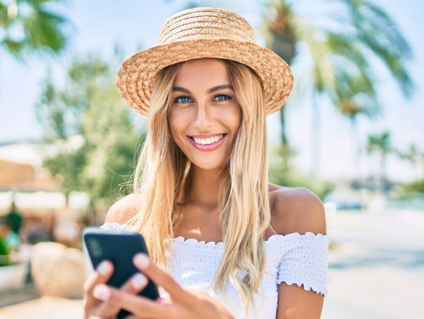 ragazza bionda con smartphone