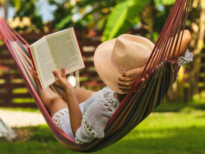 ragazza che legge su amaca, ricominciare a leggere