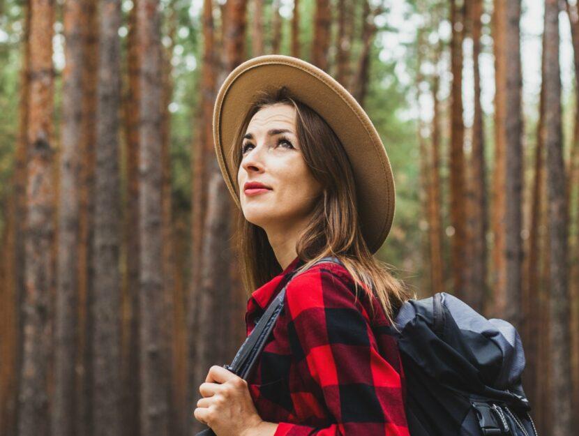 ragazza con cappello nel bosco
