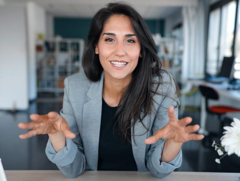 donna che parla a una fotocamera, video presentazione cv