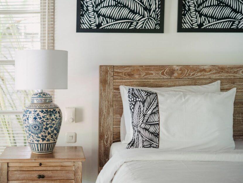 Camera da letto con vaso e comodino