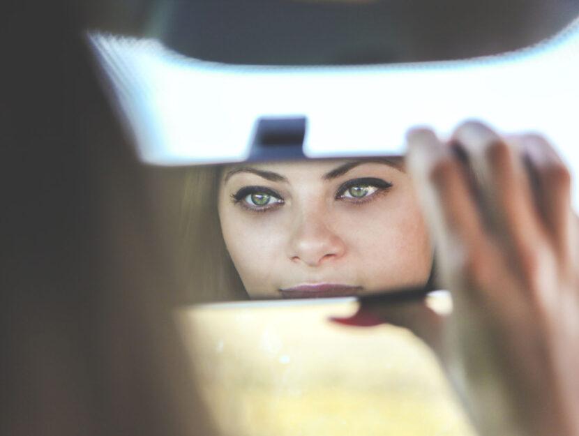 Donna auto specchietto retrovisore