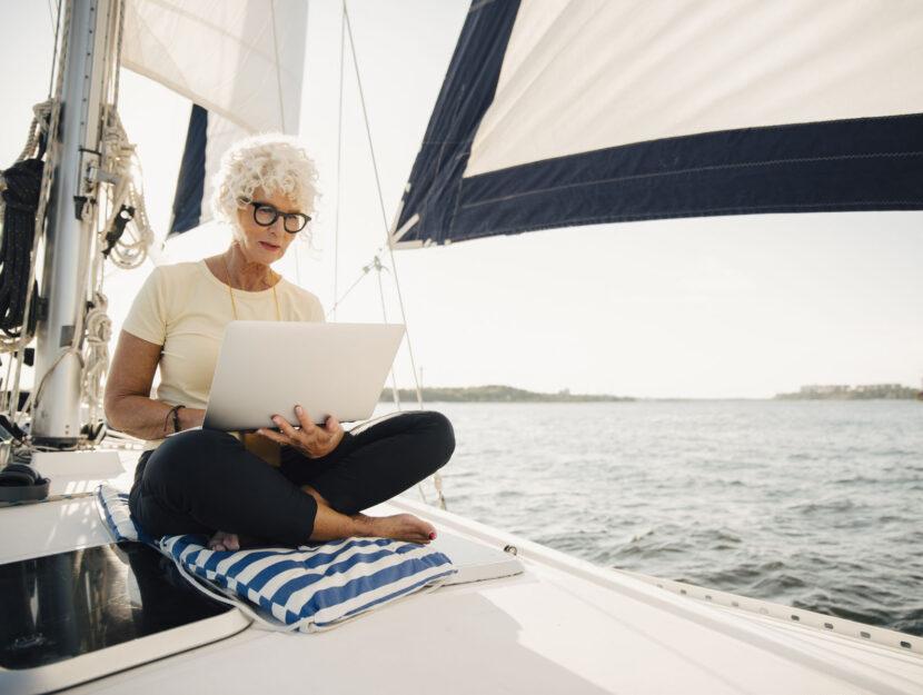 Donna computer mare barca a vela