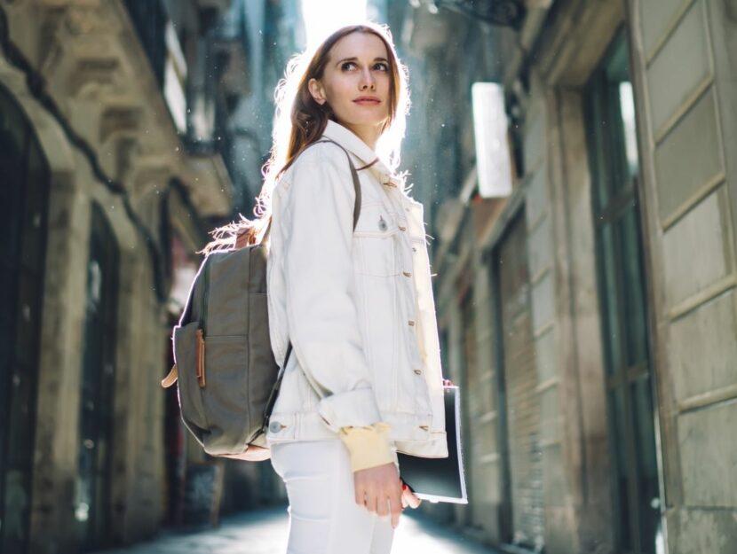 donna in viaggio con zaino