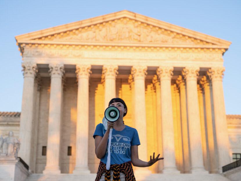 Un'attivista protesta di fronte alla Corte Suprema, Washington D.C., 2 settembre 2021