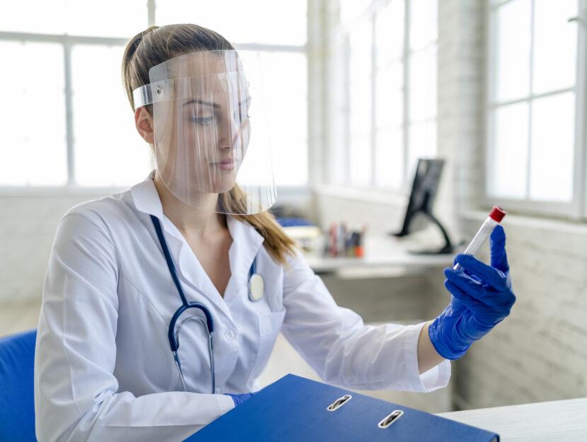 Coronavirus Ragazza medico mascherina laboratorio