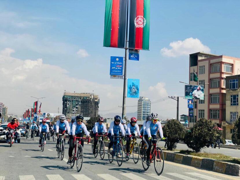 Le atlete della Nazionale afghana di ciclismo nella gara storica del 9 marzo 2021, slittata di un gi