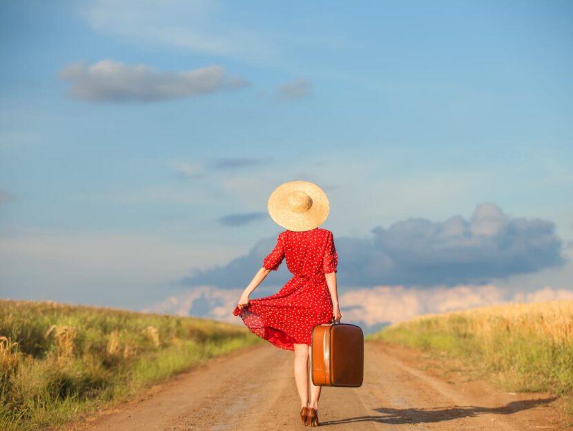 Ragazza con vestito e valigia
