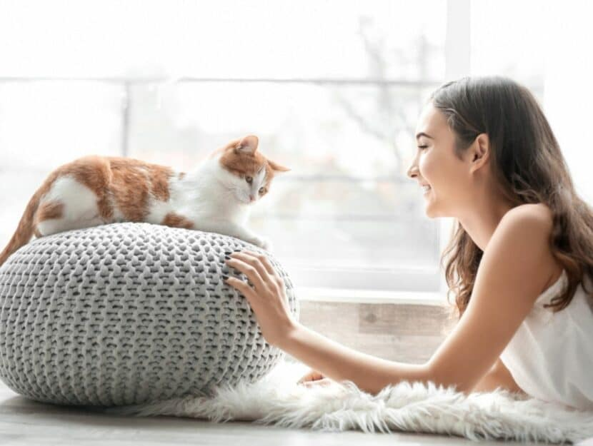 Donna coccola il gatto
