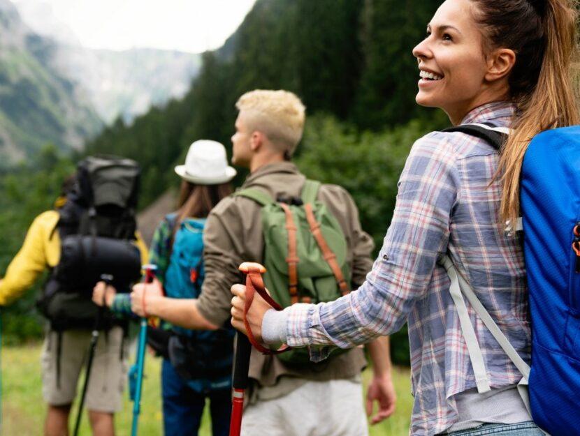 passeggiate da fare in italia, ragazza che fa trekking con i bastoncini