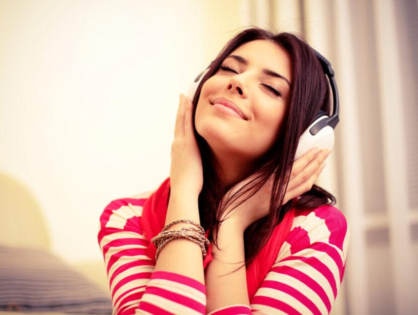 Ragazza assorta nella musica