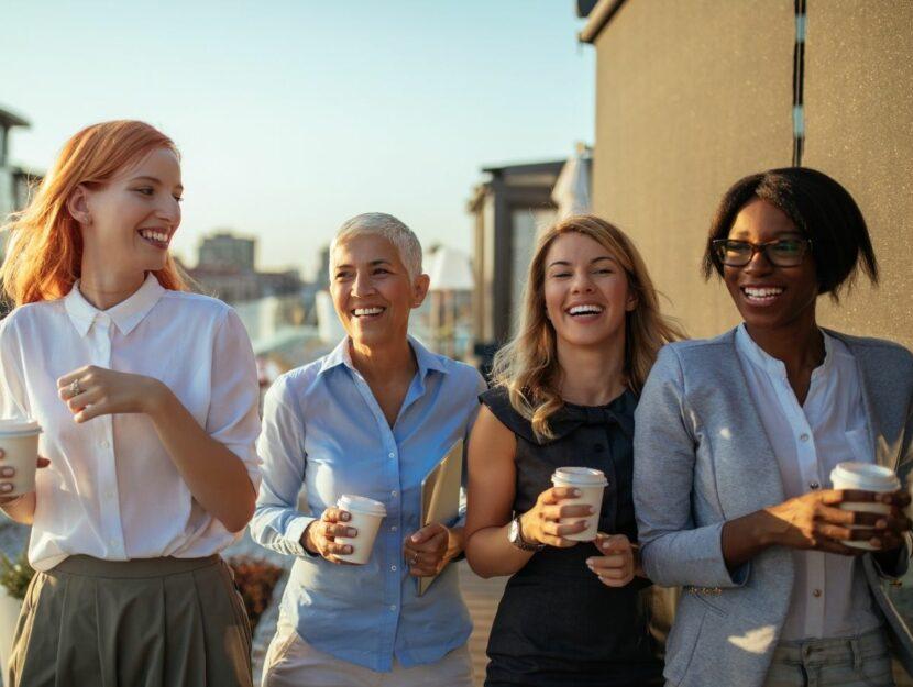 Gruppo di donne che lavorano insieme