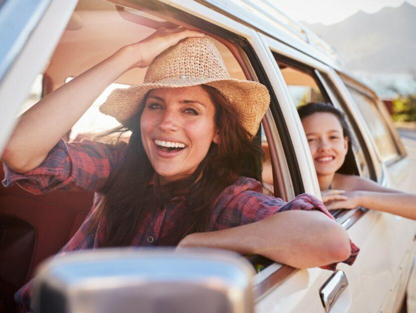 mamma e figlia viaggiano in auto
