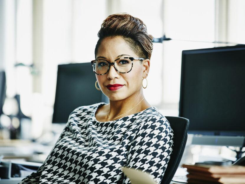Donna occhiali ufficio computer