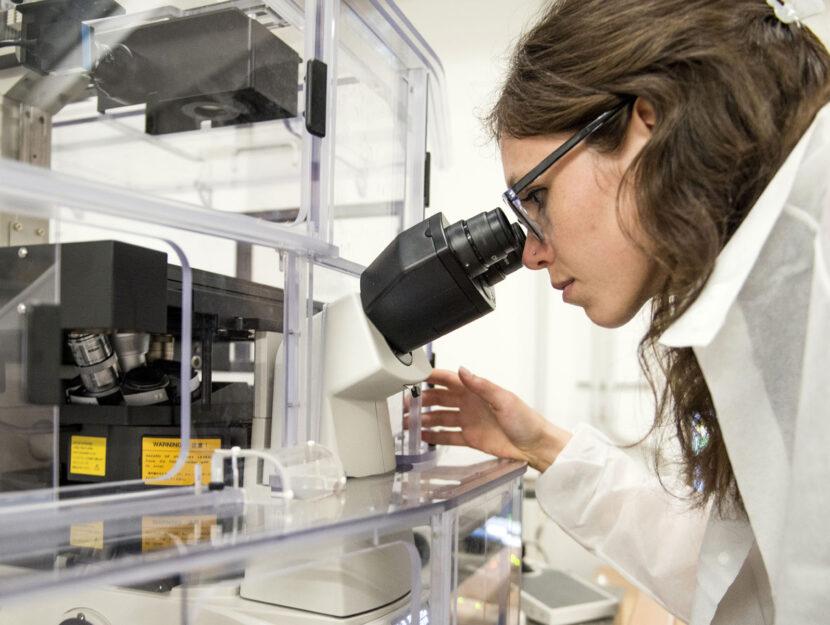 Laboratorio Microscopia donna