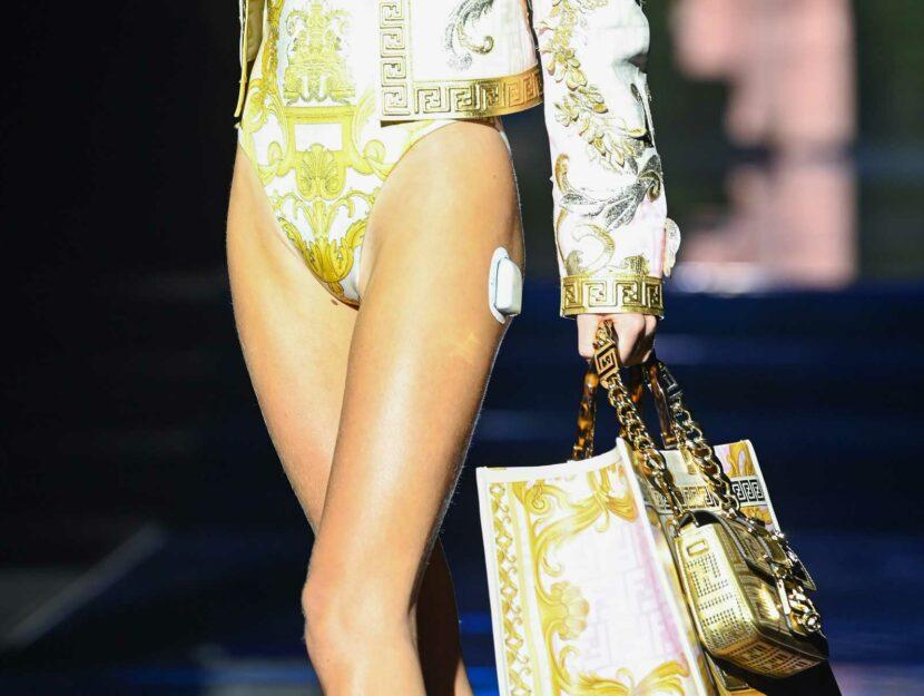 Lila Moss cerotto diabete sfilata Versace