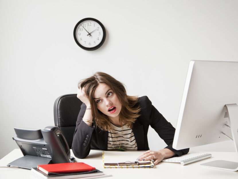 Ragazza disperata ufficio computer scrivania