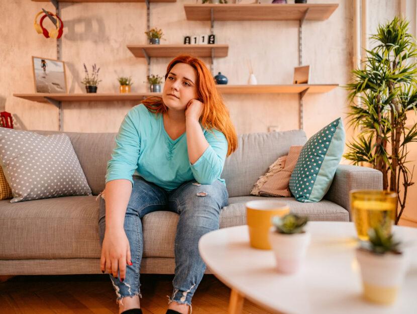 Ragazza obesa divano casa